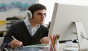 mendengarkan musik di kantor