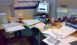 meja kantor berantakan